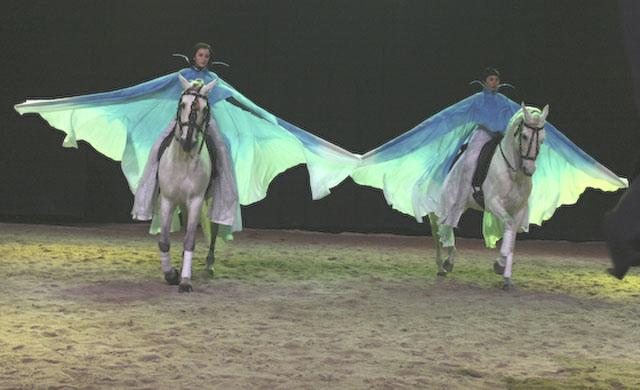Réalisation de trois paires d'ailes en soie peinte pour cavaliers.