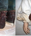Les chaussures et bourse sont réalisées en cuir formé, vieilli, patiné, cousu et huilé.