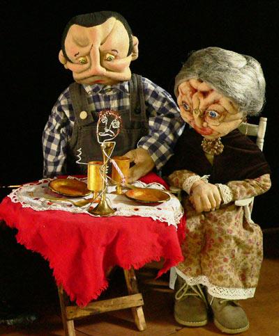 Réalisation des têtes des marionnettes en mousse.