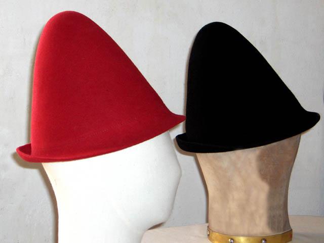 Réalisation de chapeaux en feutre formé sur forme.