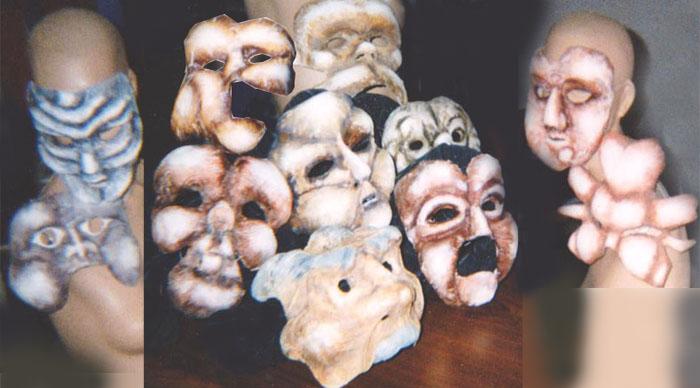 Masques déformés en sculptant de la mousse puis recouverts et peints.